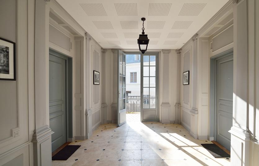 Intérieur d'un habitation avec de nouvelles portes, menuiseries posées par Alzon Menuiserie (37)